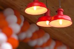 Εορταστικό υπόβαθρο με τους κόκκινους λαμπτήρες και τα μπαλόνια Στοκ εικόνα με δικαίωμα ελεύθερης χρήσης