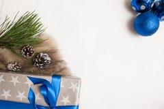 Εορταστικό υπόβαθρο των χριστουγεννιάτικων δώρων στοκ εικόνα με δικαίωμα ελεύθερης χρήσης