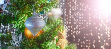 Εορταστικό υπόβαθρο χριστουγεννιάτικων δέντρων εμβλημάτων Snowflake σφαιρών παιχνιδιών ντεκόρ Χριστουγέννων snowflake αστεριών τσ στοκ εικόνες με δικαίωμα ελεύθερης χρήσης