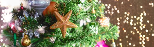 Εορταστικό υπόβαθρο χριστουγεννιάτικων δέντρων εμβλημάτων Snowflake σφαιρών παιχνιδιών ντεκόρ Χριστουγέννων snowflake αστεριών τσ στοκ φωτογραφίες με δικαίωμα ελεύθερης χρήσης