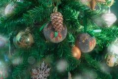 Εορταστικό υπόβαθρο χριστουγεννιάτικων δέντρων Snowflake σφαιρών παιχνιδιών ντεκόρ Χριστουγέννων snowflake αστεριών τσεκιών κώνων στοκ εικόνες με δικαίωμα ελεύθερης χρήσης