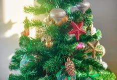 Εορταστικό υπόβαθρο χριστουγεννιάτικων δέντρων Snowflake σφαιρών παιχνιδιών ντεκόρ Χριστουγέννων snowflake αστεριών τσεκιών κώνων στοκ φωτογραφίες
