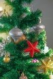 Εορταστικό υπόβαθρο χριστουγεννιάτικων δέντρων Snowflake σφαιρών παιχνιδιών ντεκόρ Χριστουγέννων snowflake αστεριών τσεκιών κώνων στοκ εικόνες