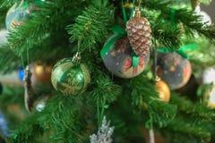 Εορταστικό υπόβαθρο χριστουγεννιάτικων δέντρων Snowflake σφαιρών παιχνιδιών ντεκόρ Χριστουγέννων snowflake αστεριών τσεκιών κώνων στοκ φωτογραφίες με δικαίωμα ελεύθερης χρήσης