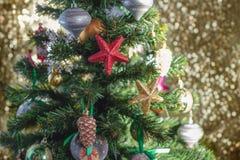 Εορταστικό υπόβαθρο χριστουγεννιάτικων δέντρων Snowflake σφαιρών παιχνιδιών ντεκόρ Χριστουγέννων snowflake αστεριών τσεκιών κώνων στοκ φωτογραφία με δικαίωμα ελεύθερης χρήσης