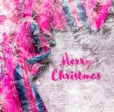 Εορταστικό χειμερινό υπόβαθρο διακοπών Χριστουγέννων με το φωτεινό πολύχρωμο τραπεζομάντιλο Χαρούμενα Χριστούγεννα επιγραφής στοκ φωτογραφία με δικαίωμα ελεύθερης χρήσης