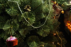Εορταστικό χριστουγεννιάτικο δέντρο που διακοσμείται στο δωμάτιο Στοκ Φωτογραφίες