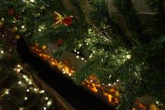 Εορταστικό χριστουγεννιάτικο δέντρο που διακοσμείται στο δωμάτιο Στοκ εικόνα με δικαίωμα ελεύθερης χρήσης