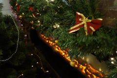 Εορταστικό χριστουγεννιάτικο δέντρο που διακοσμείται στο δωμάτιο Στοκ φωτογραφία με δικαίωμα ελεύθερης χρήσης