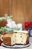 Εορταστικό ψωμί στον πίνακα Χριστουγέννων Στοκ Φωτογραφία
