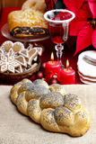 Εορταστικό ψωμί στο επιτραπέζιο ύφασμα γιούτας Στοκ εικόνες με δικαίωμα ελεύθερης χρήσης
