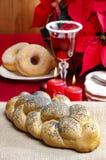 Εορταστικό ψωμί στο επιτραπέζιο ύφασμα γιούτας Στοκ φωτογραφία με δικαίωμα ελεύθερης χρήσης