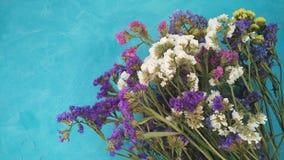 Εορταστικό floral υπόβαθρο κιρκιριών με τα θερινά λουλούδια Στοκ φωτογραφία με δικαίωμα ελεύθερης χρήσης