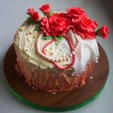 επάνω από απομονωμένα τα κέικ καλά κόκκινα τριαντάφυλλα Στοκ Εικόνες