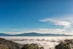 επάνω από τα βουνά σύννεφων Στοκ εικόνα με δικαίωμα ελεύθερης χρήσης