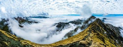 επάνω από τα βουνά σύννεφων Στοκ Φωτογραφίες