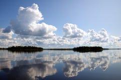επάνω από τα μπλε σύννεφα η λίμνη αντανάκλασε τον ουρανό μικρό Στοκ Εικόνες