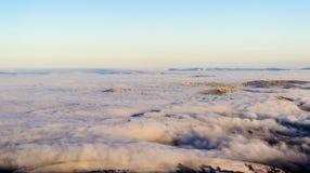 Επάνω από τα σύννεφα στο σούρουπο στοκ εικόνα με δικαίωμα ελεύθερης χρήσης