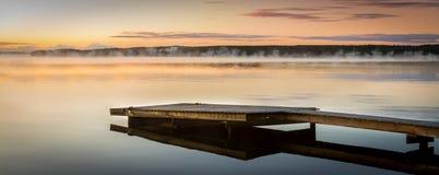 επάνω από τα όμορφα σύννεφα πουλιών τα χρώματα πετούν νωρίς το χρυσό πρωινού SOM θάλασσας ανόδων αντανάκλασης φύσης ευχάριστο ήρε Στοκ Φωτογραφίες