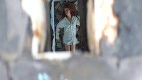 Επάνω από την άποψη στην καταθλιπτική τρελλή γυναίκα στο άσπρο πουκάμισο που βρίσκεται στα destructions του παλαιού διανοητικού ν απόθεμα βίντεο