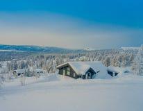 Επάνω από την άποψη του όμορφου τοπίου των ξύλινων κτηρίων με τα δέντρα πεύκων που καλύπτονται με το χιόνι και τον πάγο στο δάσος Στοκ φωτογραφίες με δικαίωμα ελεύθερης χρήσης