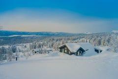 Επάνω από την άποψη του όμορφου τοπίου των ξύλινων κτηρίων με τα δέντρα πεύκων που καλύπτονται με το χιόνι και τον πάγο στο δάσος Στοκ φωτογραφία με δικαίωμα ελεύθερης χρήσης