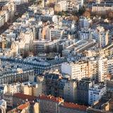 Επάνω από την άποψη των σπιτιών διαμερισμάτων στην πόλη του Παρισιού Στοκ Φωτογραφία