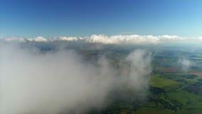 Επάνω από την εναέρια άποψη σύννεφων απόθεμα βίντεο