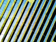 επάνω από την εναέρια τσεχική ενέργεια επαρχίας ευρωπαϊκά πολλοί κοντά στη φωτογραφία επιτροπών φωτοβολταϊκή η ηλιακή ένωση σταθμ Στοκ εικόνα με δικαίωμα ελεύθερης χρήσης