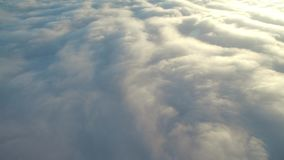 επάνω από την πτήση σύννεφων φιλμ μικρού μήκους