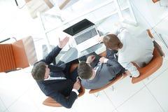 επάνω από την όψη Επιχειρησιακή ομάδα στο γραφείο Στοκ φωτογραφία με δικαίωμα ελεύθερης χρήσης