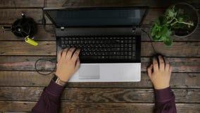 επάνω από την όψη Εργασίες ατόμων για το ποντίκι πληκτρολογίων και υπολογιστών ενός lap-top απόθεμα βίντεο