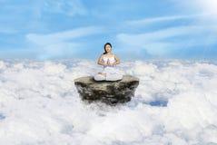 Επάνω από τη γιόγκα σύννεφων στο λευκό Στοκ εικόνες με δικαίωμα ελεύθερης χρήσης