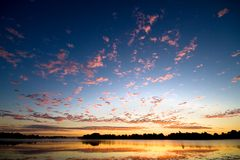 επάνω από τη χρυσή λίμνη αυγή&sigm Στοκ Εικόνες