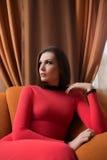 επάνω από τις ελκυστικές νεολαίες γυναικών όψης φορεμάτων μακριές κόκκινες στοκ εικόνες με δικαίωμα ελεύθερης χρήσης