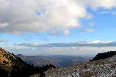 Επάνω από τον κόσμο, φυσική άποψη των Καρπάθιων βουνών στη Ρουμανία από το δρόμο Στοκ φωτογραφία με δικαίωμα ελεύθερης χρήσης