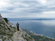 επάνω από το ίχνος τουριστών θάλασσας βουνών επιπέδων Στοκ εικόνα με δικαίωμα ελεύθερης χρήσης
