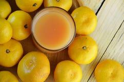 επάνω από το απομονωμένο tangerine χυμού λευκό όψης Στοκ Φωτογραφία