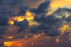 επάνω από το αποτελεσματικό ωκεάνιο ηλιοβασίλεμα πτώσης κίτρινο Γκρίζα σύννεφα πέρα από το κίτρινο φως Στοκ Εικόνες