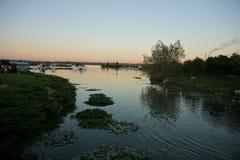 επάνω από το βιομηχανικό ηλιοβασίλεμα ποταμών τοπίων ανασκόπησης Στοκ Εικόνα