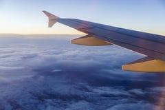 επάνω από το πέταγμα σύννεφων αεροπλάνων υψηλό Στοκ φωτογραφίες με δικαίωμα ελεύθερης χρήσης