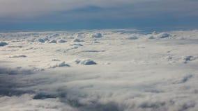 επάνω από το πέταγμα σύννεφων απόθεμα βίντεο