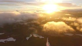 επάνω από το πέταγμα σύννεφω&nu Ο κηφήνας πετά επάνω από τα σύννεφα Ο κηφήνας πετά επάνω από τα σύννεφα απόθεμα βίντεο