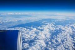 επάνω από το πέταγμα σύννεφω&nu Όψη από το αεροπλάνο Στοκ Φωτογραφία