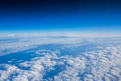 επάνω από το πέταγμα σύννεφω&nu Όψη από το αεροπλάνο Στοκ εικόνα με δικαίωμα ελεύθερης χρήσης