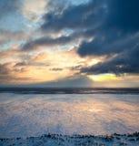επάνω από το παγωμένο ηλιοβασίλεμα λιμνών Στοκ Εικόνες