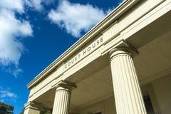 επάνω από το σημάδι σπιτιών εισόδων δικαστηρίων Στοκ φωτογραφία με δικαίωμα ελεύθερης χρήσης