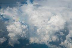 Επάνω από το υπόβαθρο μπλε ουρανού σύννεφων μόνο Στοκ Εικόνες