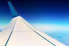 επάνω από το φτερό ταξιδιού σύννεφων Boeing αέρα Στοκ Φωτογραφία