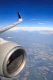 επάνω από το φτερό ταξιδιού σύννεφων Boeing αέρα Στοκ εικόνες με δικαίωμα ελεύθερης χρήσης